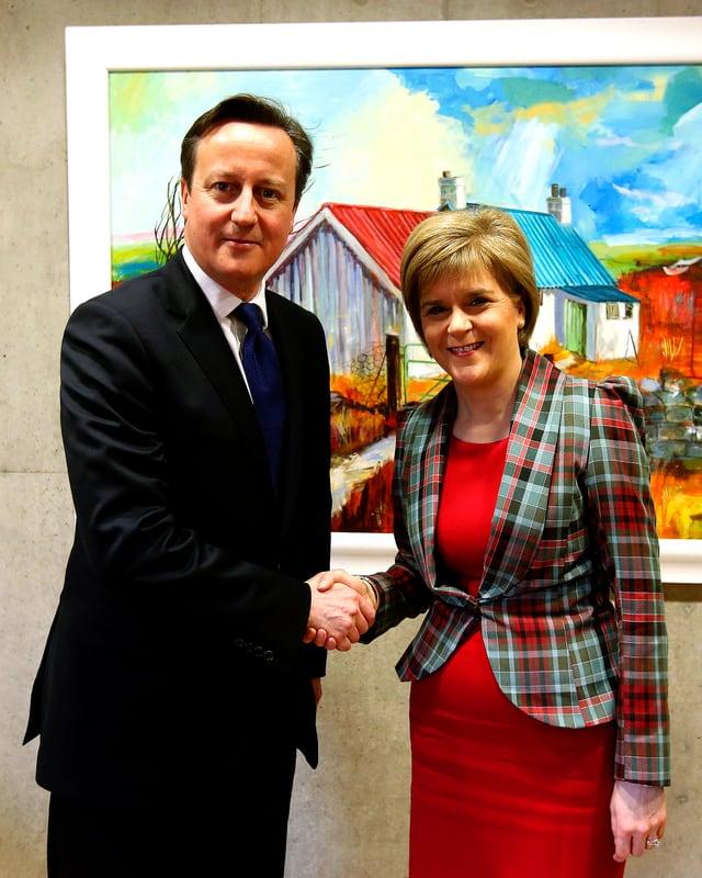 Nicola Sturgeon beim Handshake mit dem britischen Premier David Cameron