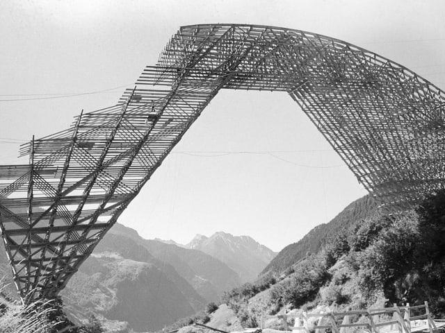 Das Holzgerüst für den Bau der Nanin-Bruecke zwischen Mesocco und Pian San Giacomo