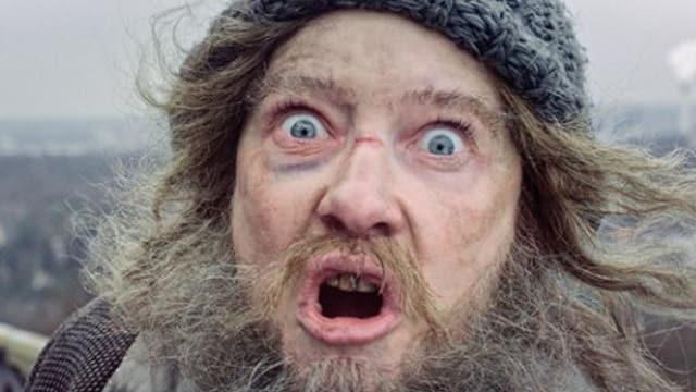 Cate Blanchett als Obdachloser geschminkt blickt wild in die Kamera.