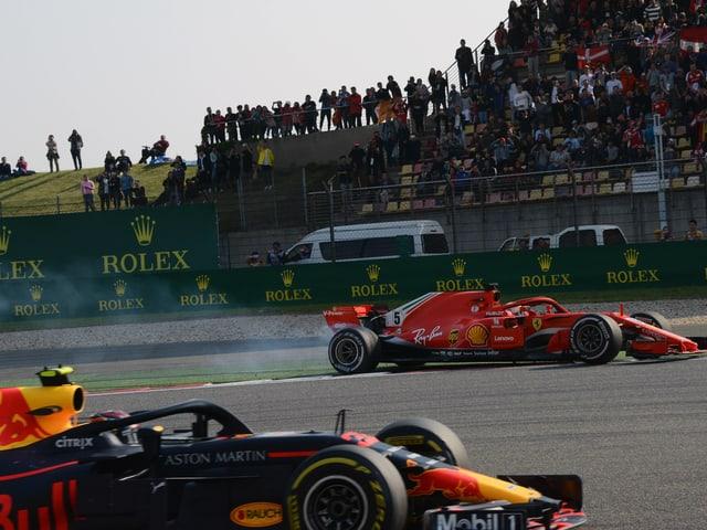 Sebastian Vettel im roten Ferrari wird von Max Verstappen von der Strecke gedrängt.
