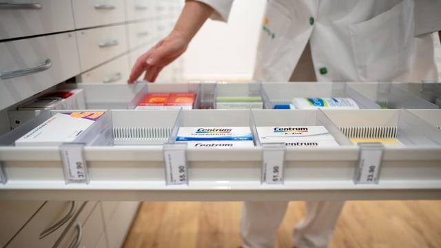 Eine Medikamenten-Schublade in einer Apotheke