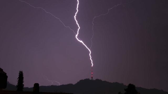 Der Blitz trifft fast senkrecht den Fernsehturm auf dem Bantiger.