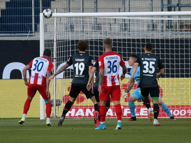 Norman Theuerkauf bringt Bremen früh per Eigentor in Führung.