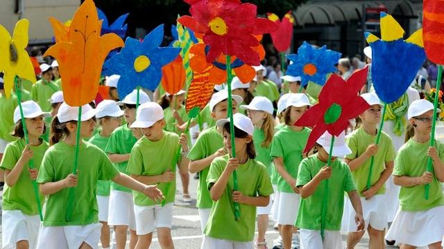Kinder in bunten Kleidern laufen durch die St. Galler Altstadt.