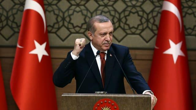 Erdogan tranter duas bandieras en inscenaziun populistica.