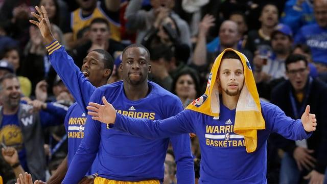 Stephen Curry (rechts) und seine Golden State Warriors reihen Sieg an Sieg.
