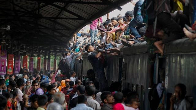 Überfüllter Bahnhof in Bangladesch