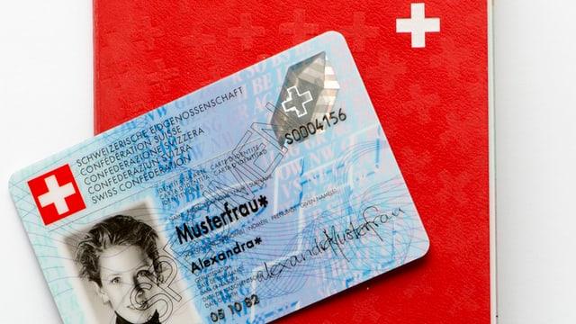 Duein vegnir remplazzads tras novas versiuns: in pass biometric ed ina carta d'identitat actuala.