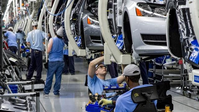 VW-Mitarbeiter bei der Produktion