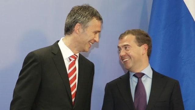 Zwei Männer im Anzug im Gespräch.