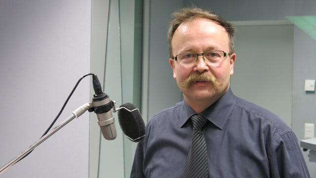 Thomas Egger neben einem Radio-Mikrofon.