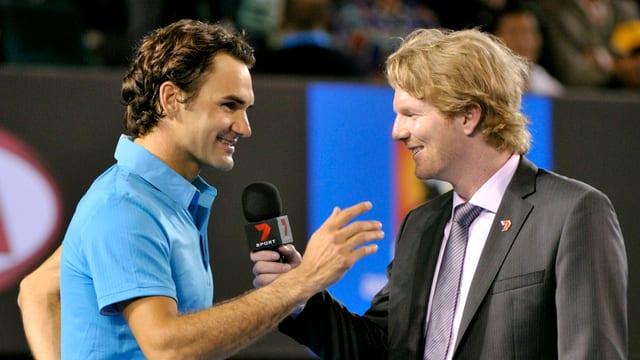 Ein gut gelaunter Federer im Platzinterview mit Jim Courier.