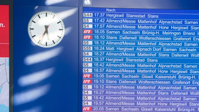 Anzeigetafel am Bahnhof in Luzern.