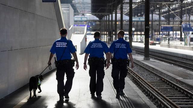 Trais guardia cunfin da la Svizra a Basilea sin la staziun.