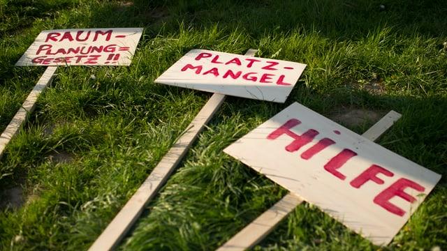 Protestschilder am Boden.