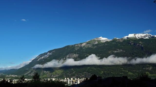 Chur mit blauem Himmel und Hangwolke