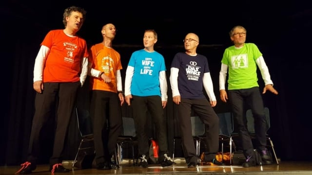 aGsang in farbigen T-Shirt mit witzigen Sprüchen über Männer und ihrer Probleme.