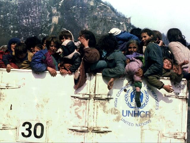 In einem überfüllten Lastwagen der UNHCR werden Frauen und Kinder weggefahren.