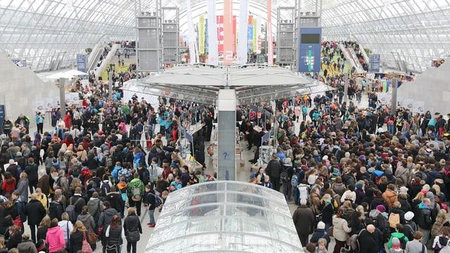 Viele Menschen an der Leipziger Buchmesse in einer Halle.