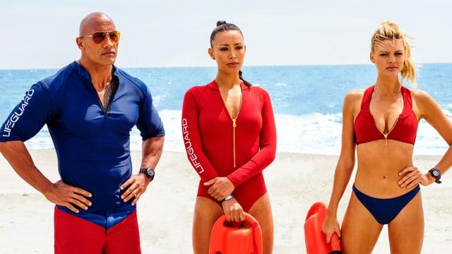 Ein Mann und zwei Frauen am Strand.