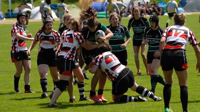 Frauen spielen Rugby