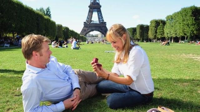 Nach einem Streit lässt Klara ihren Verlobten am Eiffelturm stehen und erkundet Paris auf eigene Faust.