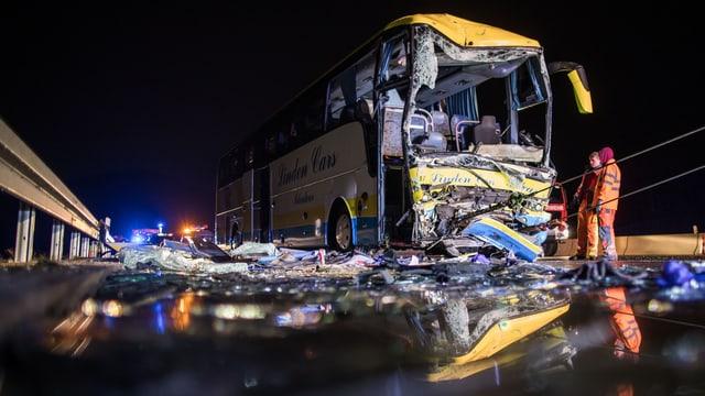 Der zerstörte belgische Reisebus auf der Autobahn.