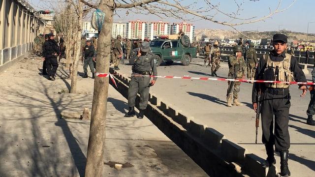 Afghanische Sicherheitsleute sichern den Ort, an dem dem der Anschlag geschah.