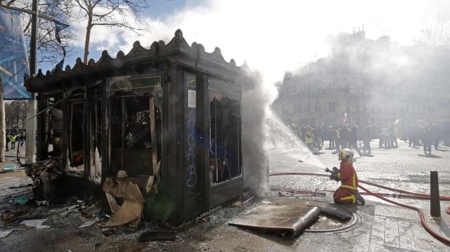 Feuerwehr löscht brennenden Kiosk