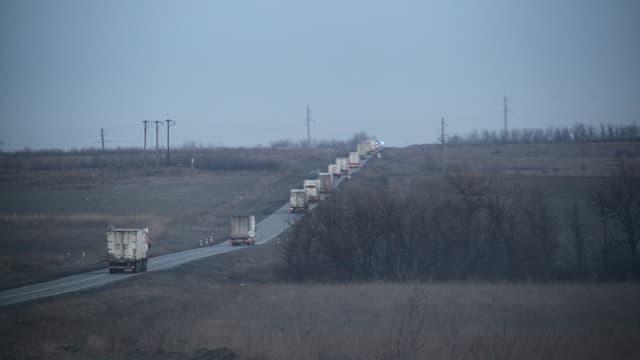 Purtret d'in convoi da camiuns sin viadi da Luhansk en l'Ucraina.
