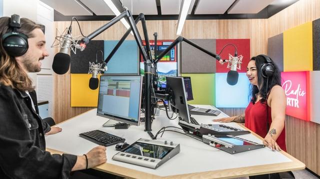 Die Moderatoren Natalia Weber und Elias Tsoutsaios im neuen Radiostudio
