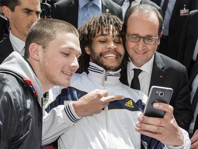 Selfie mit Stinkefinger: Frankreichs Staatspräsident François Hollande erfasst nicht wie ihm geschieht.