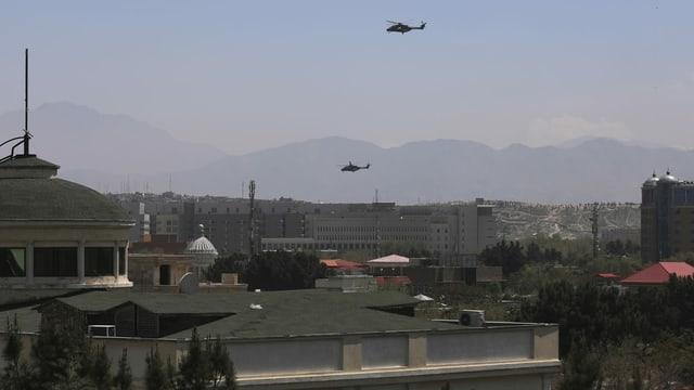 Zwei Helikopter kreisen über Kabul
