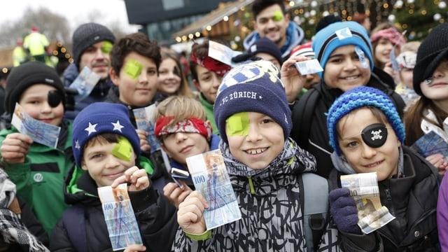 Kinder mit Geldnoten.