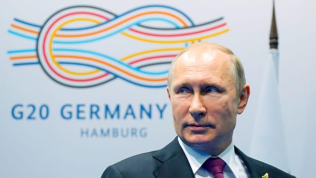Wladimir Putin vor dem G20-Logo