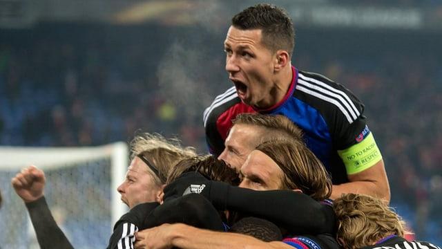 Ils giugaders dal FCB sa legran da la victoria.
