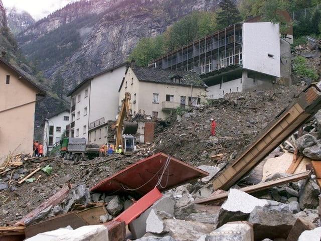 Eine Steine und Geröll, zerstörte Häuser.