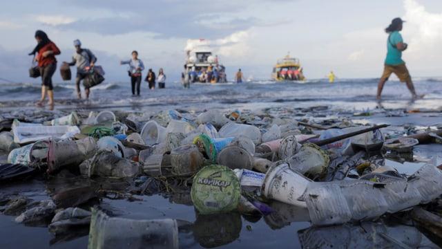 Plastik schwimmt im Wasser.