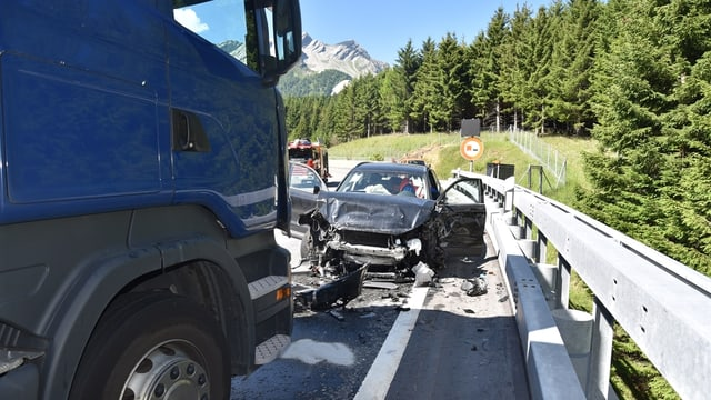 Il camiun e l'auto ch'èn collidads sin l'A13.