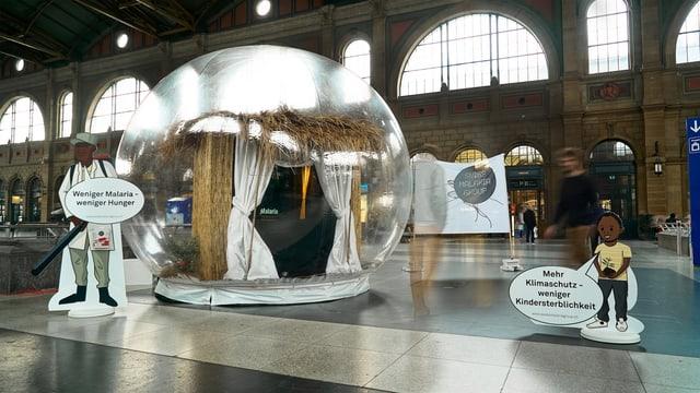 Pappfiguren und Installationen am Hauptbahnhof Zürich zur Ilustrationen von Malaria