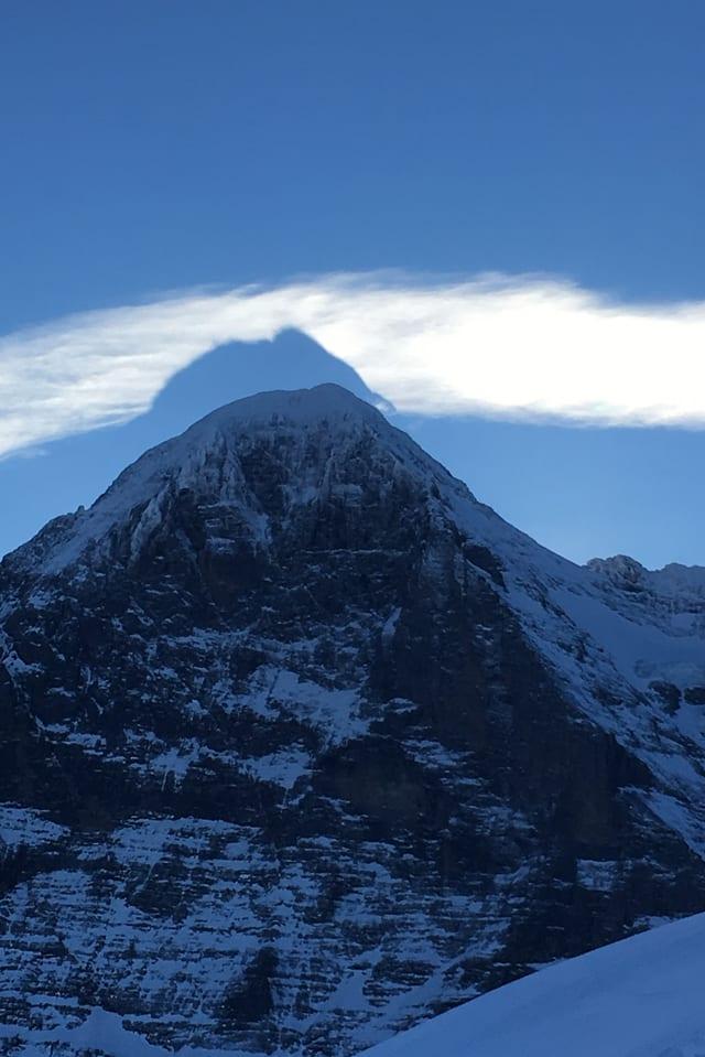 Schatten eines Gipfels in einer Wolke über dem Gipfel.