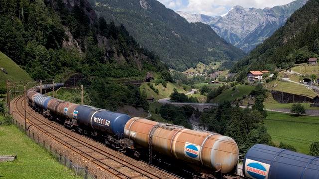 Güterzug mit Tankwagen bei Gurtnellen (UR).