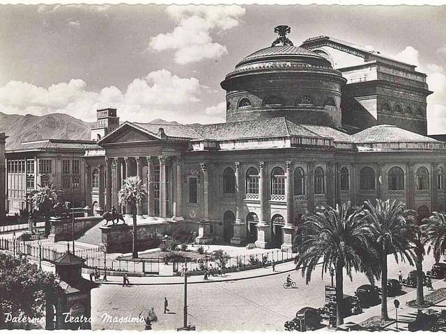 Das Teatro Massimo zu Palermo, abgebildet auf einer alten Postkarte.