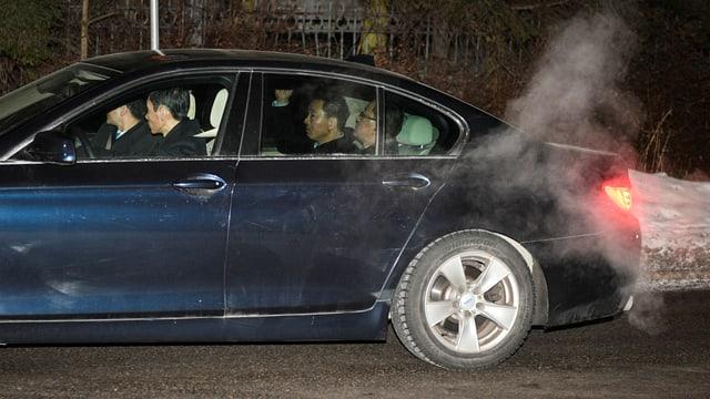 Nordkoreas Aussenminister kommen mit dem Wagen bei der koreanischen Botschaft in Stockholm an