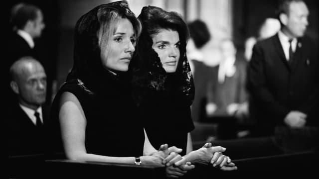 New York: Jackie Kennedy und ihre Schwester Lee Radziwill in der St. Patrick's Cathedral, 7. Juni 1968.