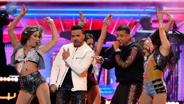 Die Musiker Fonsi und Daddy Yankee performen an den Grammys 2018 ihren Sommerhit «Despacito».