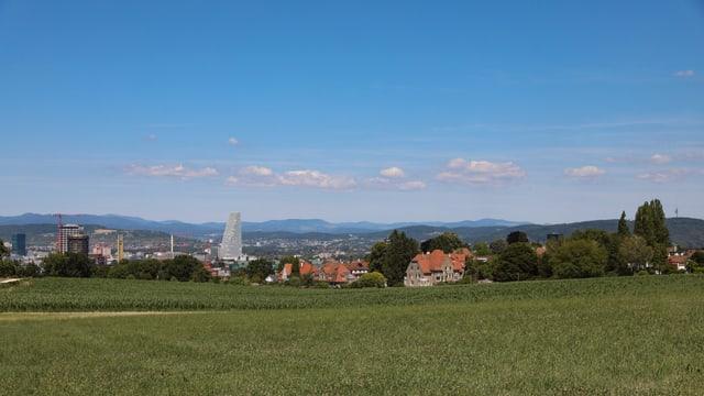 Klare Bisenluft mit blauem Himmel über Basel.