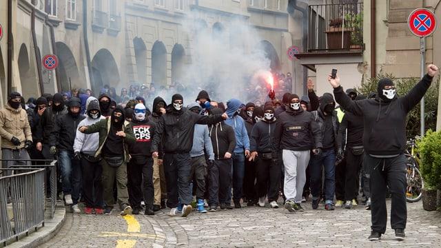 Symbolbild: Vermummte Fussballfans in einer Berner Altstadtgasse.