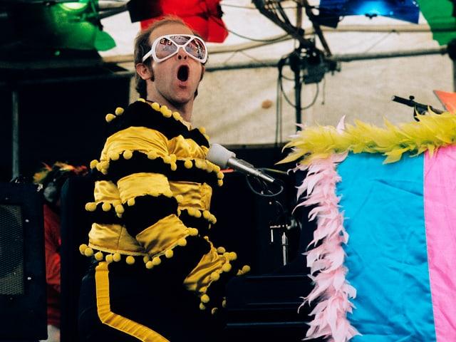 Elton John in schrillem Outfit