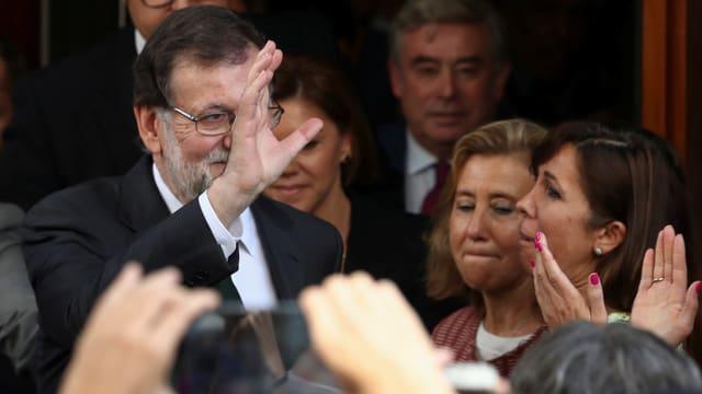 Mariano Rajoy winkt nach dem Misstrauensvotum am 1. Juni den Menschen zu. (reuters)